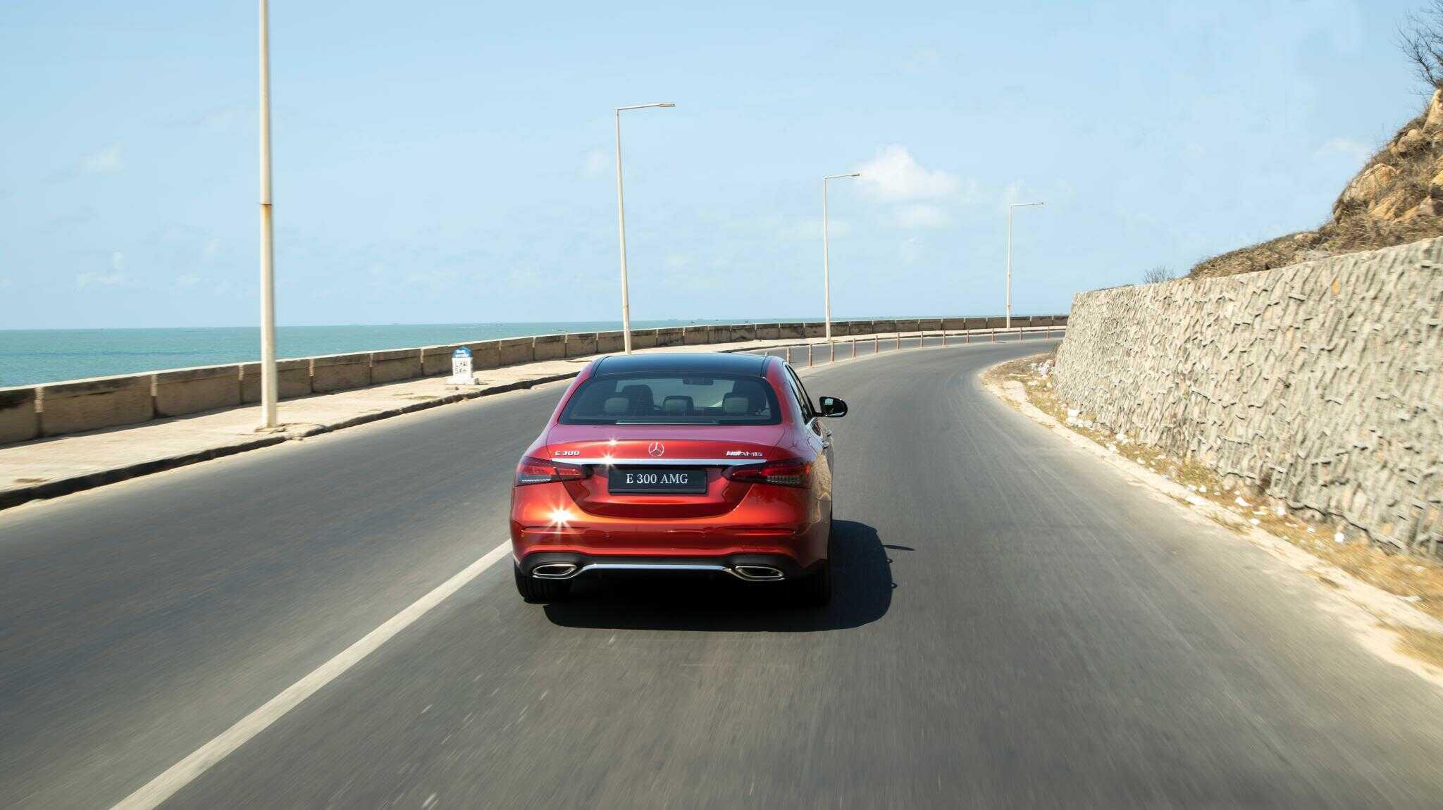 """Cuối cùng là những tính năng an toàn được trang bị trên xe Mercedes E300 AMG 2021 cũng khá tương đồng so với những chiếc xe sang khác của hãng. Một vài tính năng có thể kể đến như : Chức năng cảnh báo mất tập trung ATTENTION ASSIST, hệ thống tự động bảo vệ PRE-SAFE®, hệ thống chống bó cứng phanh ABS; Hỗ trợ lực phanh khẩn cấp BAS; Chống trượt khi tăng tốc ASR; Ổn định thân xe điện tử ESP và hỗ trợ ổn định xe khi gió thổi ngang, hệ thống phanh ADAPTIVE với chức năng hỗ trợ dừng xe (HOLD) và hỗ trợ khởi hành ngang dốc (Hill-Start Assist), Đèn phanh Adaptive nhấp nháy khi phanh gấp,Túi khí phía trước; túi khí bên hông phía trước; túi khí cửa sổ, túi khí cho đầu gối người lái…. Mercedes E300 AMG 2021 thực sự là """"đứa con cưng"""" của hãng Mercedes khi được sở hữu đầy đủ những yêu tố của một tiểu """"S-Class"""" . Đây là chiếc xe hết sức phù hợp cho những doanh nhân trẻ thành đạt và cá tính muốn chứng minh sự thành công của bản thân bằng một chiếc xe tương đương giá trị của bản thân."""